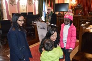 Coa Concelleira de Educación e o Alcalde na entrega